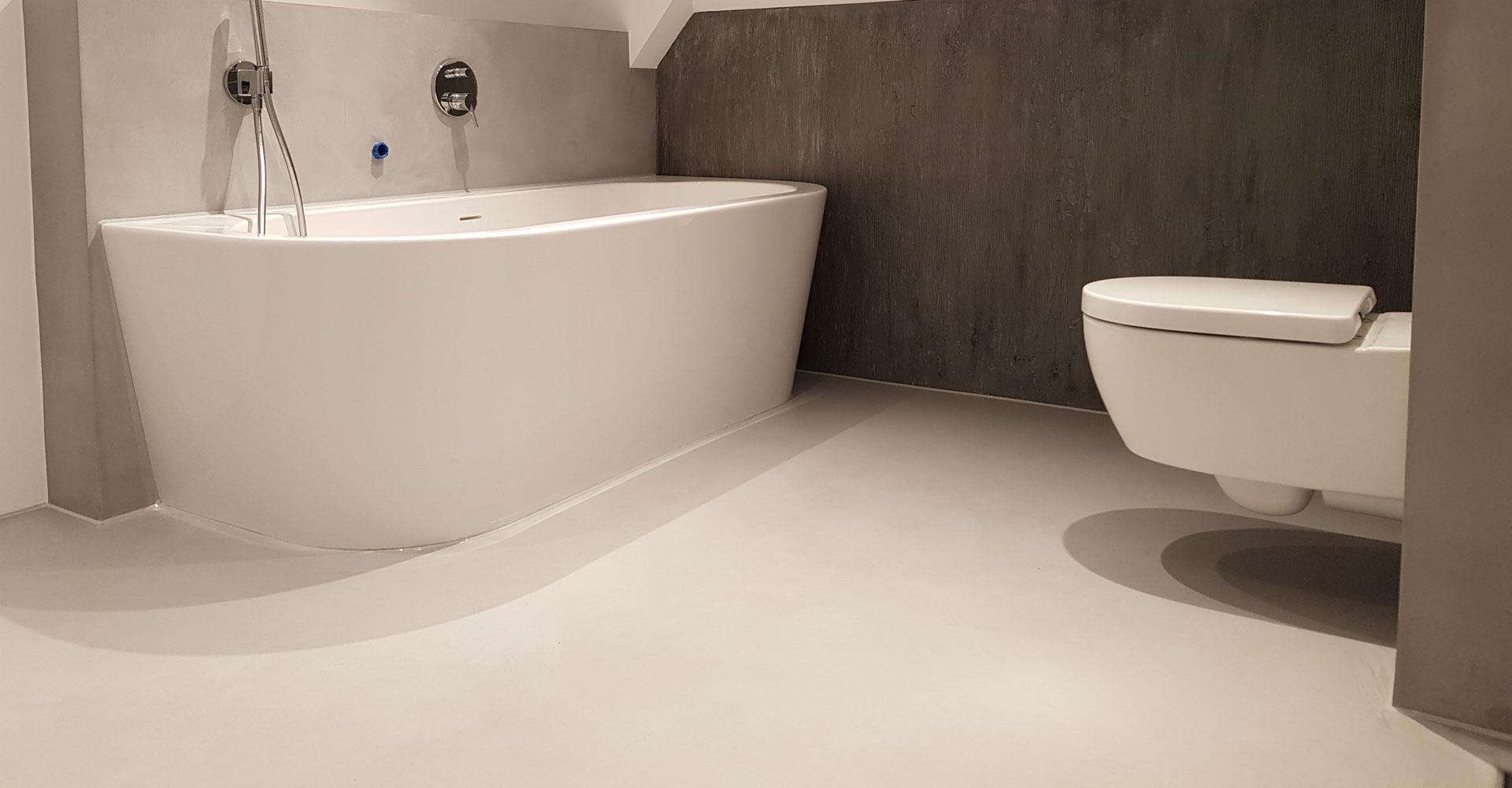 Gietvloer in de badkamer in de kleur taupe